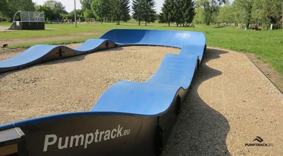 Une aire de jeux pour bicyclettes ou pumptrack